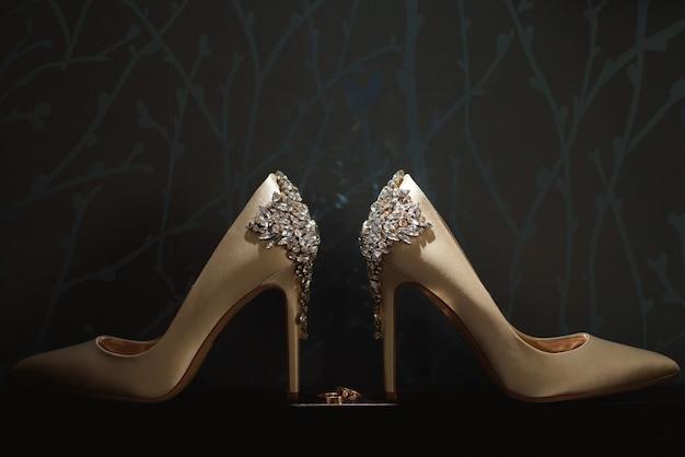 Свадебные детали невесты - свадебные туфли Premium Фотографии