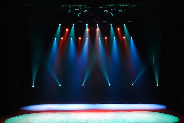 照明、照明器具を備えた無料ステージ。夜のショー。 Premium写真