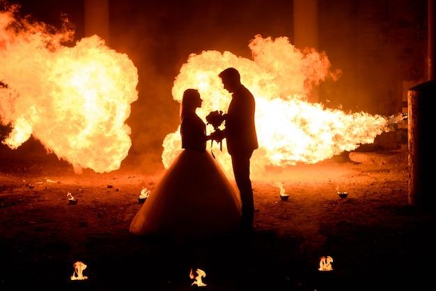 吸血鬼スタイルのメイクと中世の衣装での結婚式のカップル Premium写真