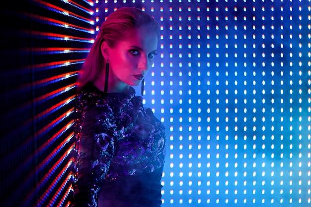 夜のクラブでネオンの光のディスコダンサー。 Premium写真