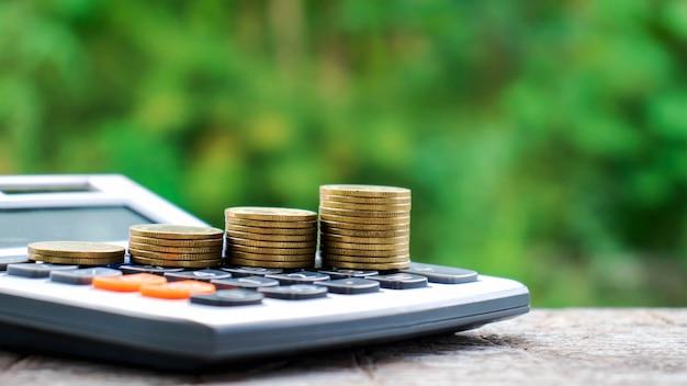 電卓、財務会計の概念上のコインまたはお金とお金を節約 Premium写真