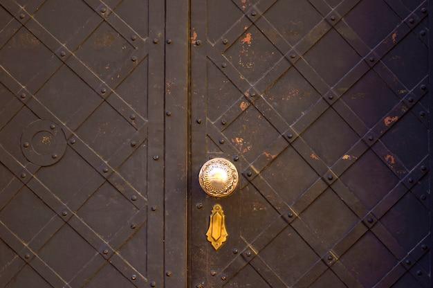 鉄の塗装ドアのテクスチャ Premium写真