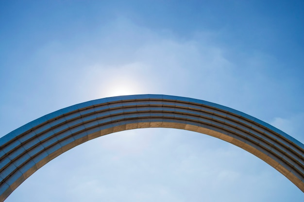 青い空を背景に鉄のアーチ Premium写真