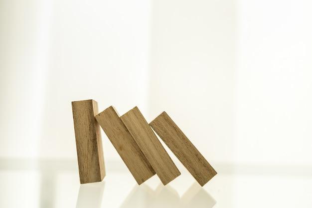 Деревянный блок стоит и рушится падение в линию Premium Фотографии