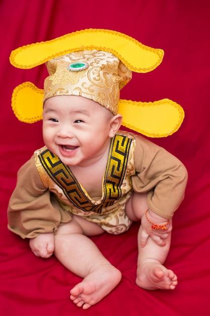 Азиатский ребенок в костюме короля китая косплей Premium Фотографии