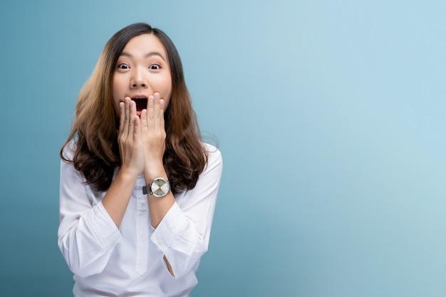興奮している女性の肖像画 Premium写真