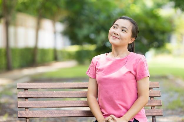 幸せな女が公園で呼吸 Premium写真