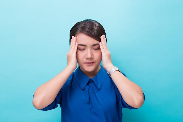 女性は頭痛がしました Premium写真