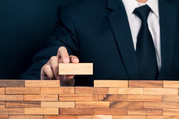 Бизнесмен строит стену Premium Фотографии
