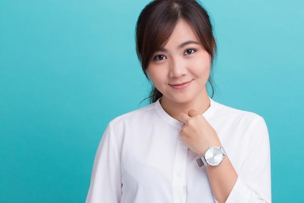 Азиатская женщина с ее часами Premium Фотографии