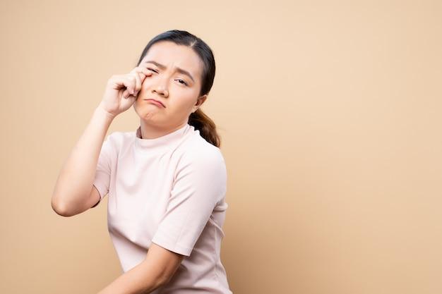 Грустная женщина плачет и стоит изолированно Premium Фотографии