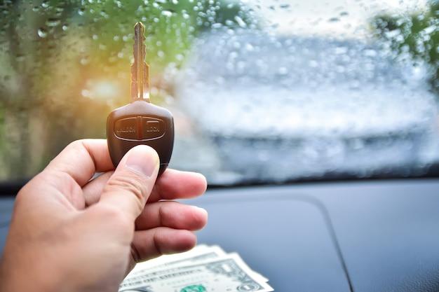 車のキーと車のキーを持っている手 Premium写真