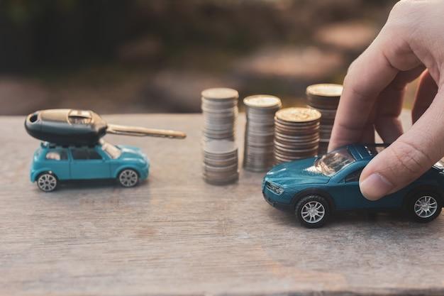 おもちゃの車、コインスタック、車のキー Premium写真