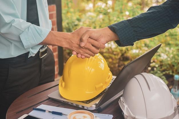 職場で握手をしているエンジニア Premium写真