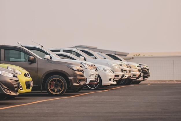 駐車場の行に駐車した車 Premium写真