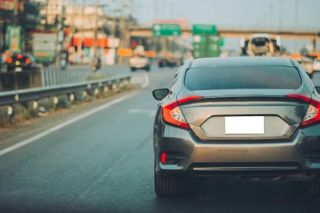 Вождение автомобиля по дороге и небольшое пассажирское автокресло на дороге, используемое для ежедневных поездок Premium Фотографии