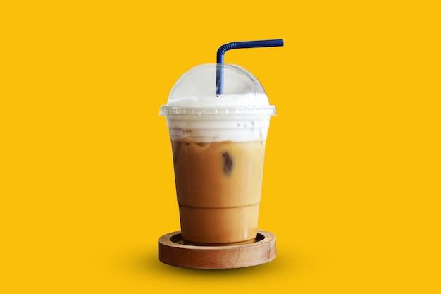 黄色の背景にアイスコーヒー Premium写真
