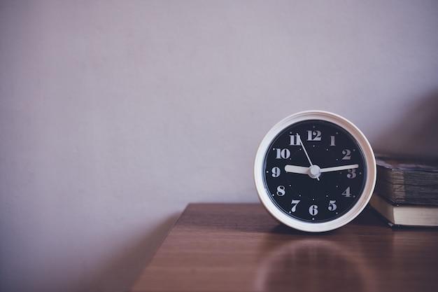 時計は寝室のテーブルの上 Premium写真