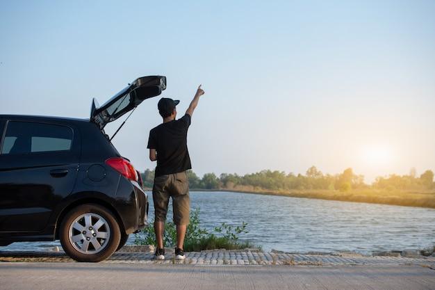 車で立っている人が道路に駐車 Premium写真