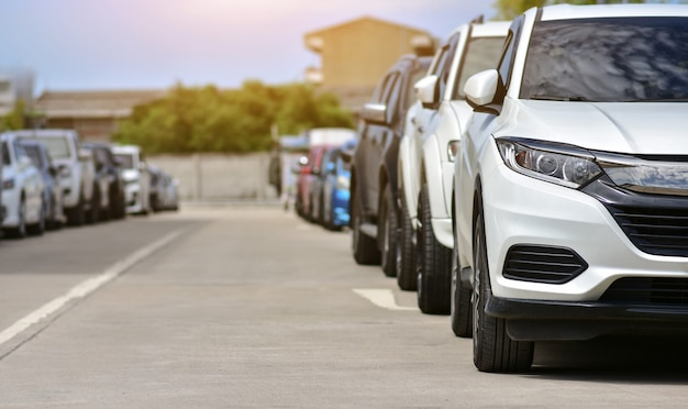Автомобили, припаркованные на дороге Premium Фотографии