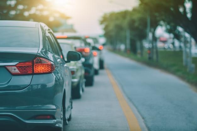 道路に駐車されている車と、毎日の旅行に使用される道路上の小さな乗用車の座席 Premium写真
