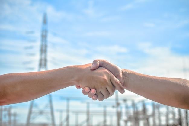 握手する人々は団結の意味を伝えるビジネス協力の成功チームワーク Premium写真