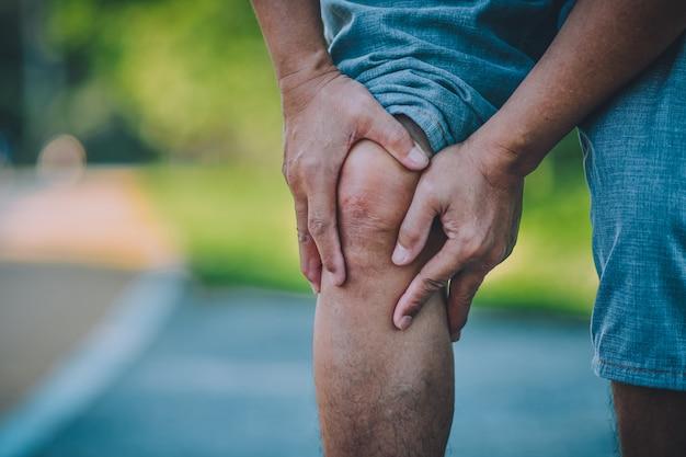 老人は日常生活に問題のある膝の痛みの影響 Premium写真