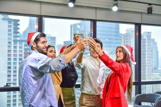 Бизнес офис команды празднуют рождество с новым годом Premium Фотографии