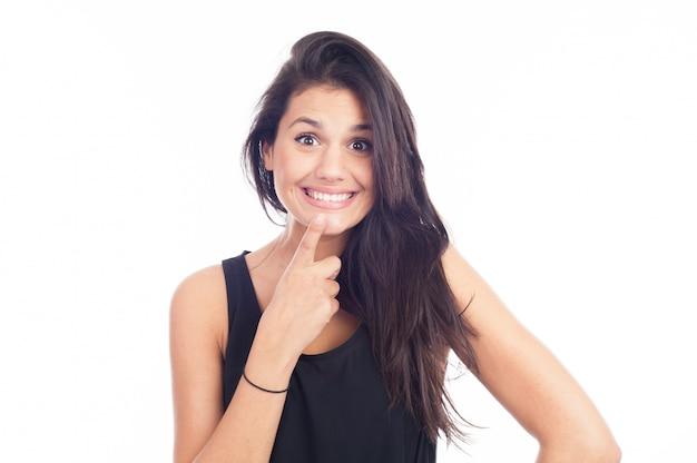 きれいな肌、ナチュラルメイク、白い背景に白い歯と笑顔美人 Premium写真