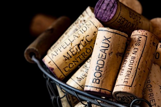 Старые пробки французских вин в проволочной корзине Premium Фотографии