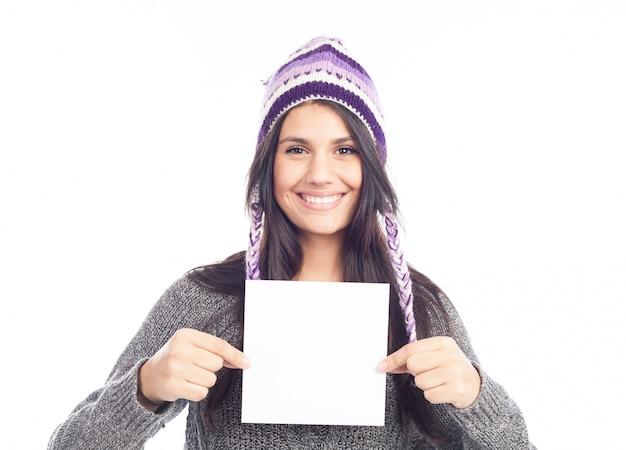 Портрет молодой женщины со свитером и перуанской шляпой из шерстяной таблички Premium Фотографии