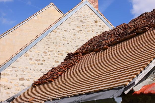 古い家の瓦屋根の改修 Premium写真