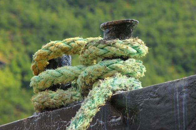 ボートを桟橋に係留するためのロープ Premium写真