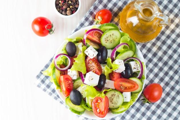 新鮮なギリシャ風サラダ Premium写真