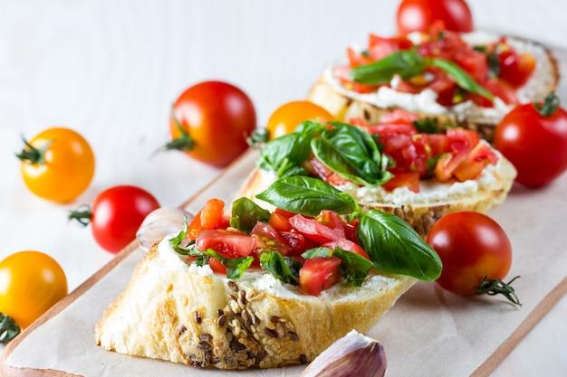 トマトとチーズのフレッシュブルスケッタ。 Premium写真