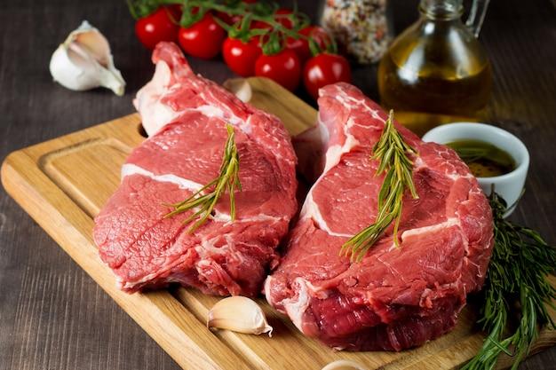 ローズマリーと生の新鮮な肉 Premium写真