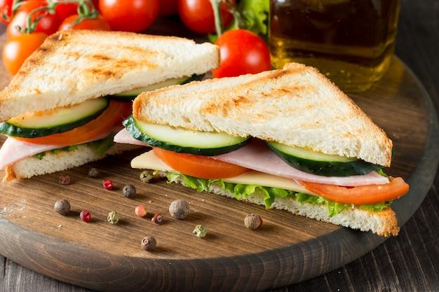 Бутерброд с мясом и овощами Premium Фотографии