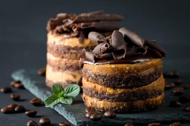 Шоколадные торты на черной доске. Premium Фотографии