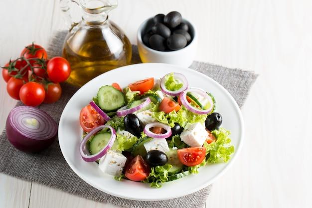 チェリートマト、ルッコラ、ルッコラ、フェタチーズ、オリーブ、きゅうり、たまねぎ、スパイスのフレッシュギリシャ風サラダ Premium写真
