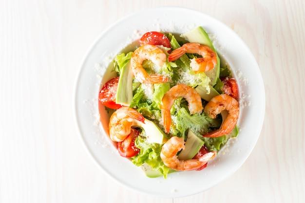 トマト、ルッコラ、アボカド、エビの新鮮なエビのサラダ。 Premium写真