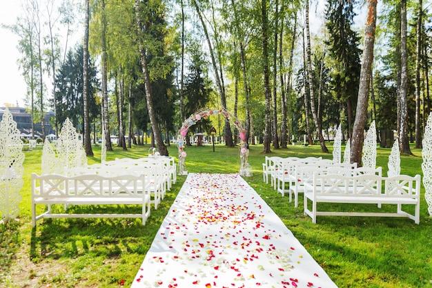 結婚式のための美しい花のアーチ Premium写真