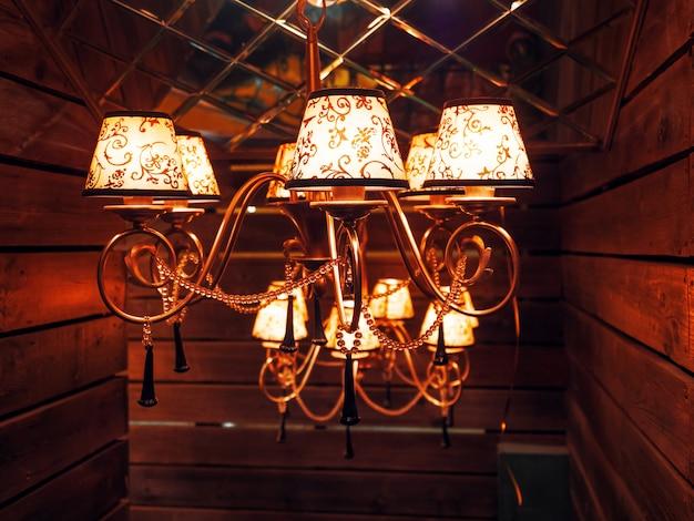 Винтажная люстра с лампочками. Premium Фотографии