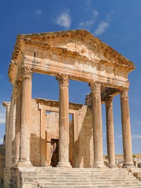 ドゥッガ、ローマ遺跡。チュニジアのユネスコ世界遺産。 Premium写真