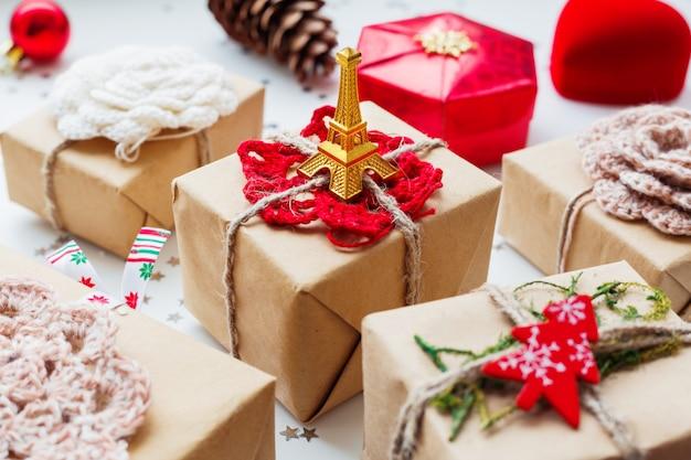 クリスマスと新年のプレゼントと装飾。 Premium写真