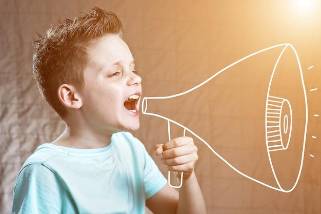 拡声器で叫んでいる少年 Premium写真
