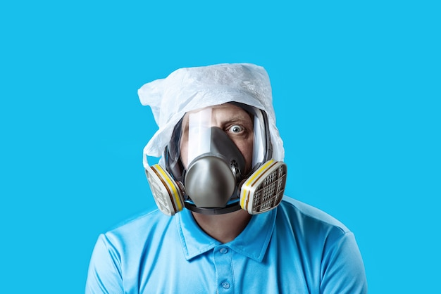 Человек в противогазе и полиэтиленовом пакете на голове Premium Фотографии