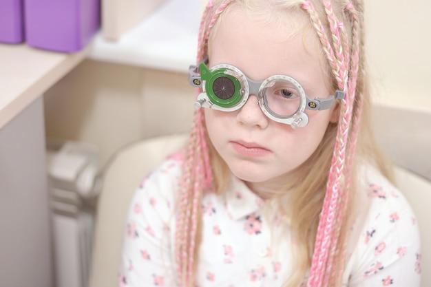 Проверка зрения. кавказская девушка с нарушениями зрения. лечение и реабилитация Premium Фотографии