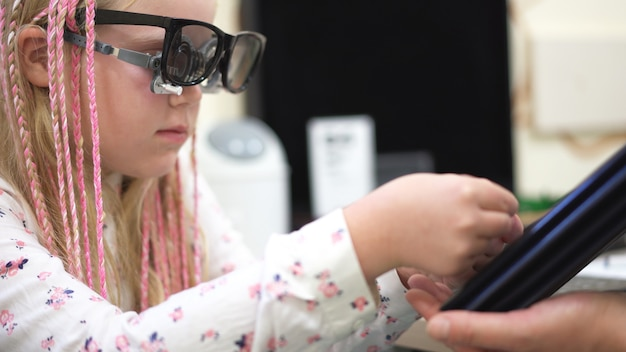 Проверка зрения. кавказская девушка с нарушениями зрения Premium Фотографии