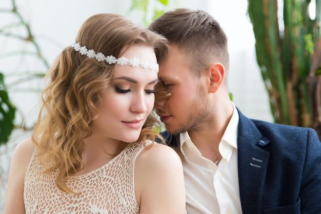 豪華なインテリアでの結婚式のお祝いに魅力的な新郎新婦。 Premium写真