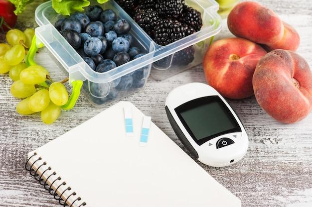 血糖計、空のノートブック Premium写真